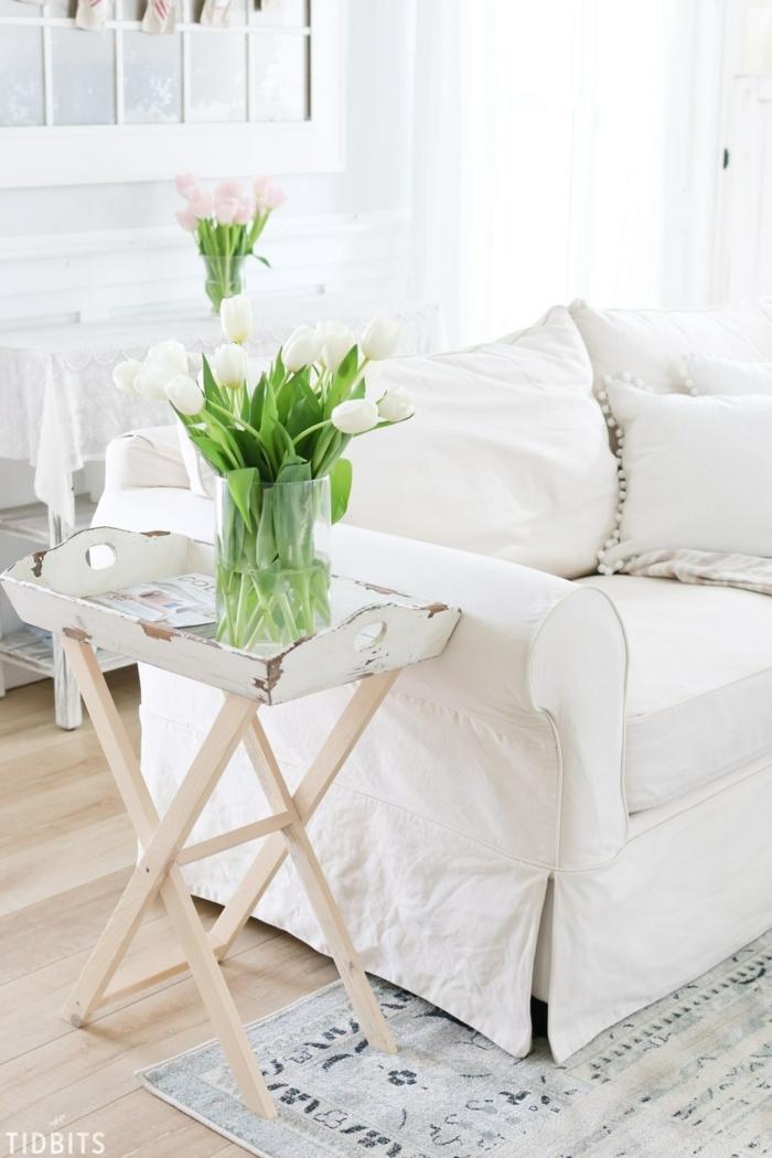 ein Sofa in weißer Farbe, Dekokissen mit Pompons verziert, Pompons selber machen