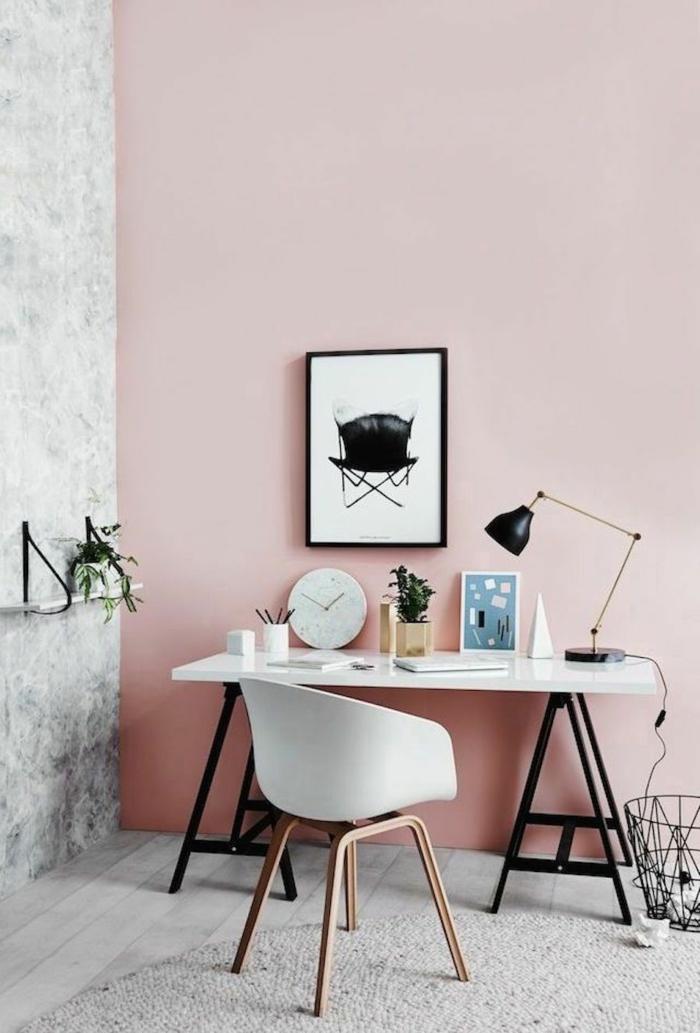 Arbeitszimmer, Altrosa Wandfarbe, ein niedriger Tisch, ein abstraktes Bild und weißer Teppich
