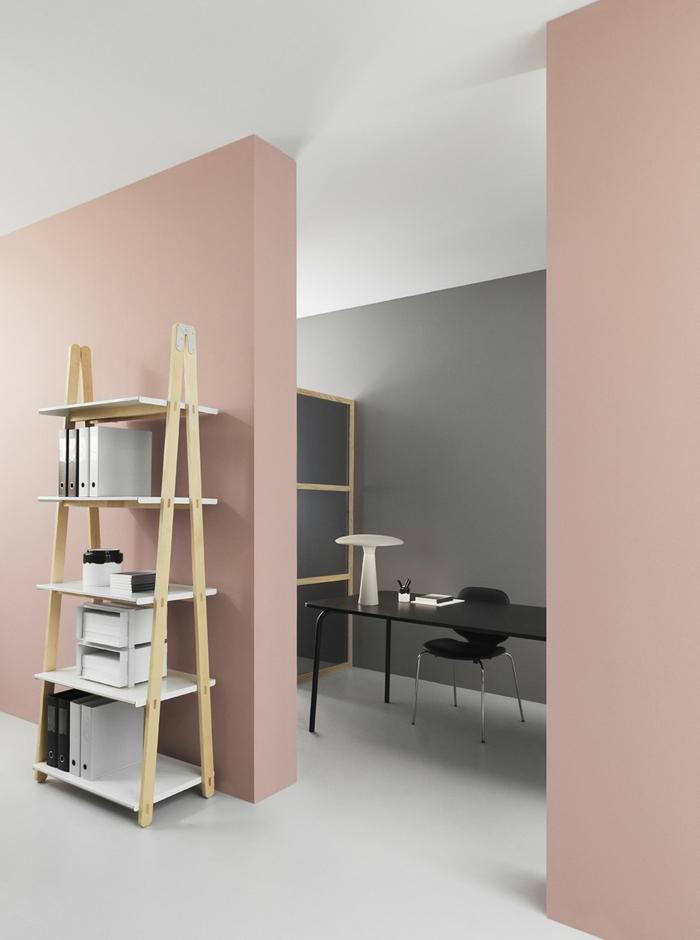 ein Büro mit minimalistischem Design mit altrosa Wandfarbe, ein Regal für die Papiere