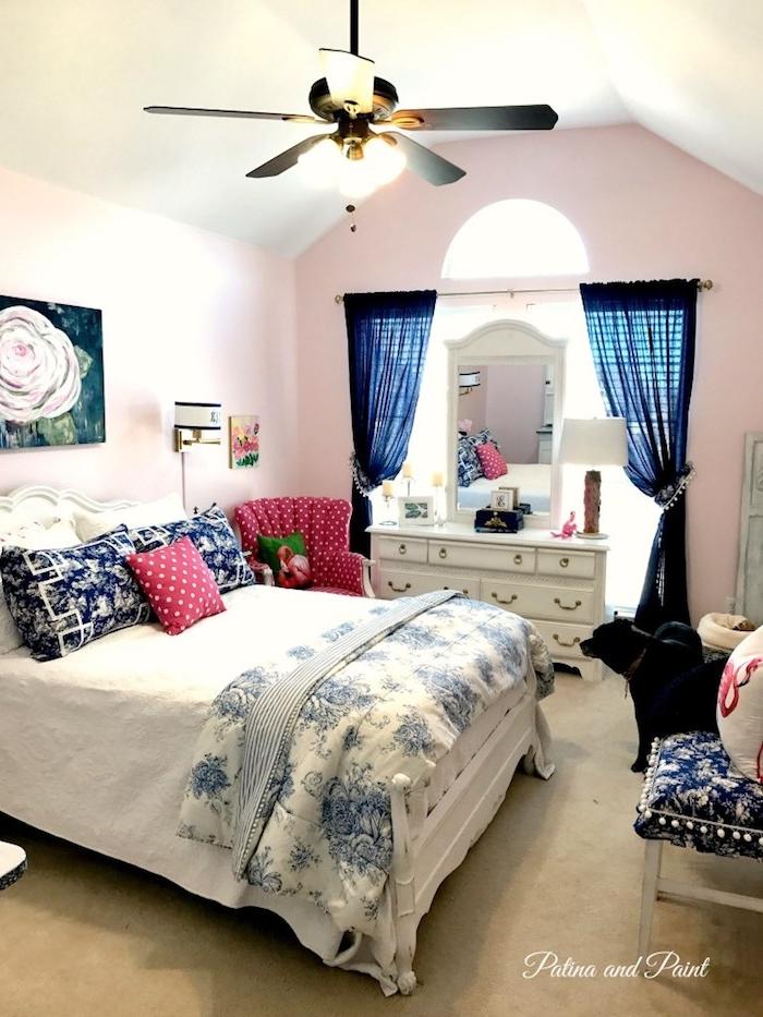 ein schlafzimmer einrichten mit einem blauen vorhang und mit pinken wänden, flamingo deko, ein grünes kissen mit einer pinken flamingo und ein weißes bett mit blauen und pinken kleinen kissen, flamingo deko