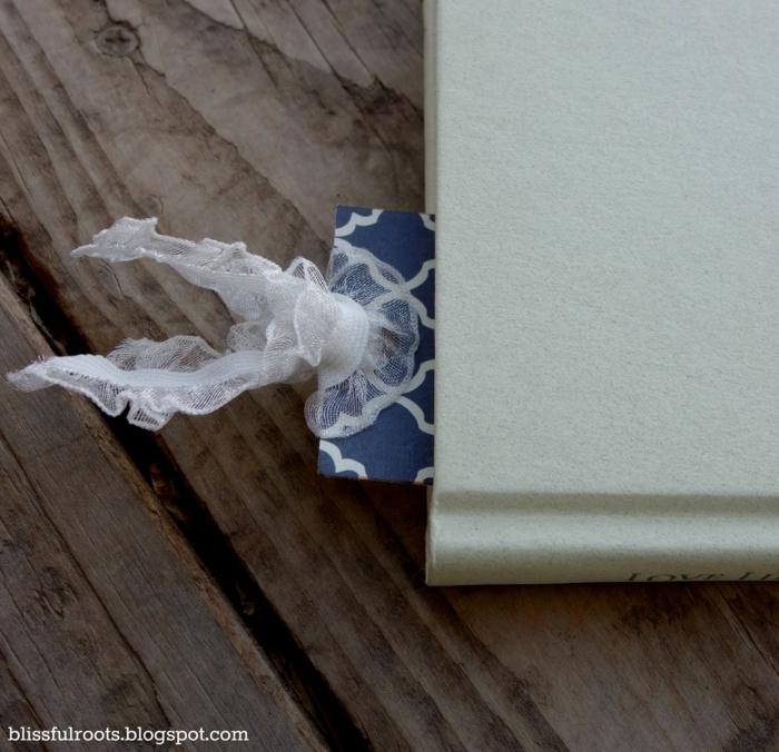 Lesezeichen gestalten, blaues Lesezeichen mit weißer Schleife, ein weißes Buch