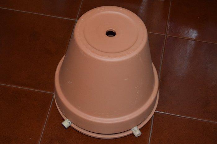 ein diy brauner teelichtofen aus einem braunen blumentopf aus keramik und mit einem loch, ein boden aus braunen fliesen, diy teelichtofen bauen