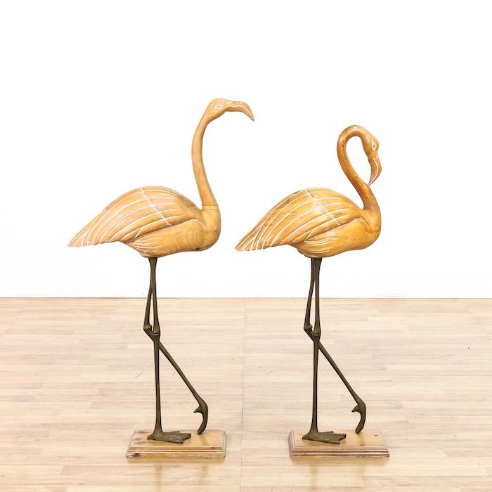 ein boden aus holz und eine weiße wand und zwei große gelbe flamingos aus holz, flamingo deko ideen