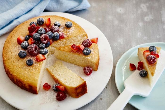 ein Boden aus Zitronen, Himbeere, Erdbeeren und Heidelbeeren mit Puderzucker bestreut, schnelle Torten Rezepte