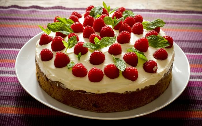 kleine Torte mit Himbeeren dekoriert, weiße Creme, Schokoladen Boden, schnelle Torten Rezepte