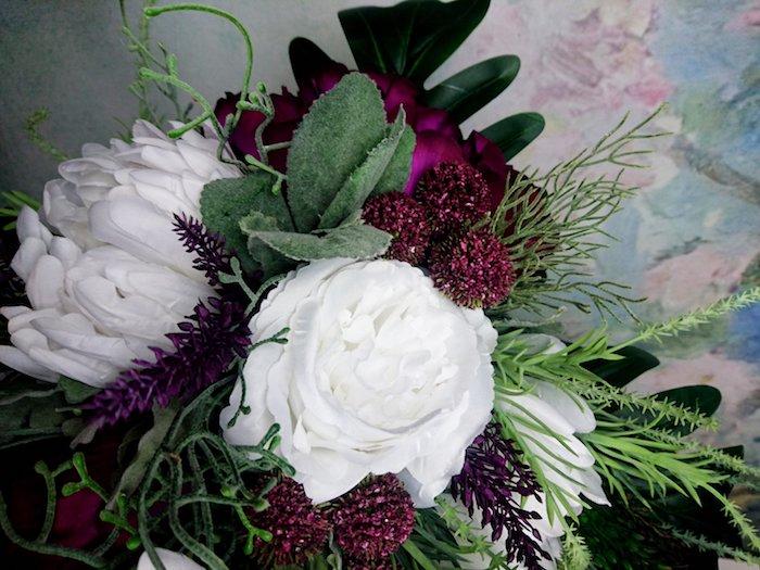 idee für einen brautstrauß mit weißen rosen und violetten blumen und vielen grünen blättern, ein brautstrauß vintage