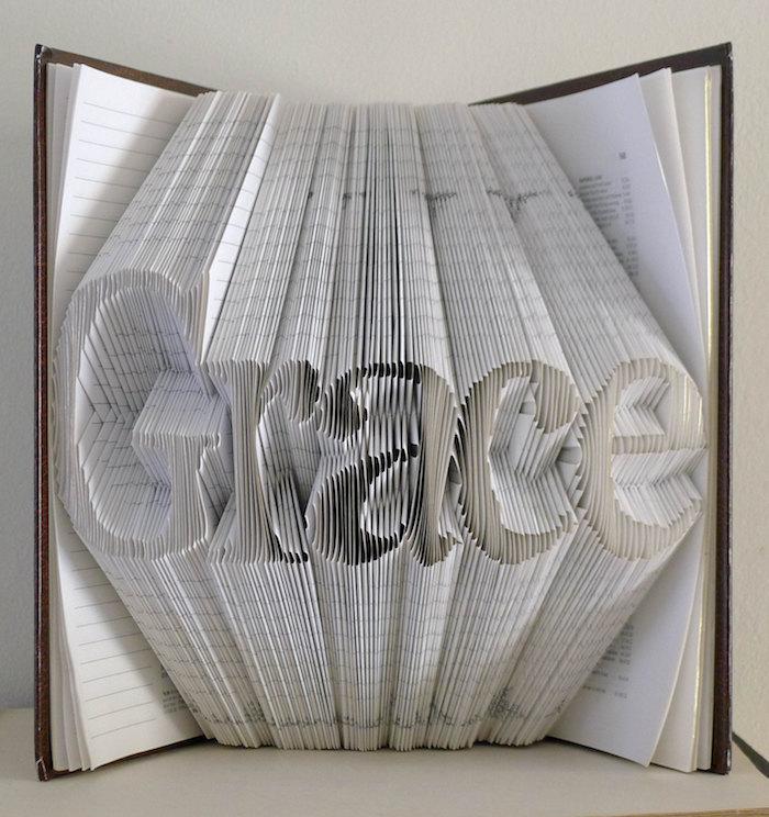 grace, eien bastelidee für erwachsene, ein kleines buch mit einem braunen bucheinband und mit gefalteten weißen seiten, papier falten
