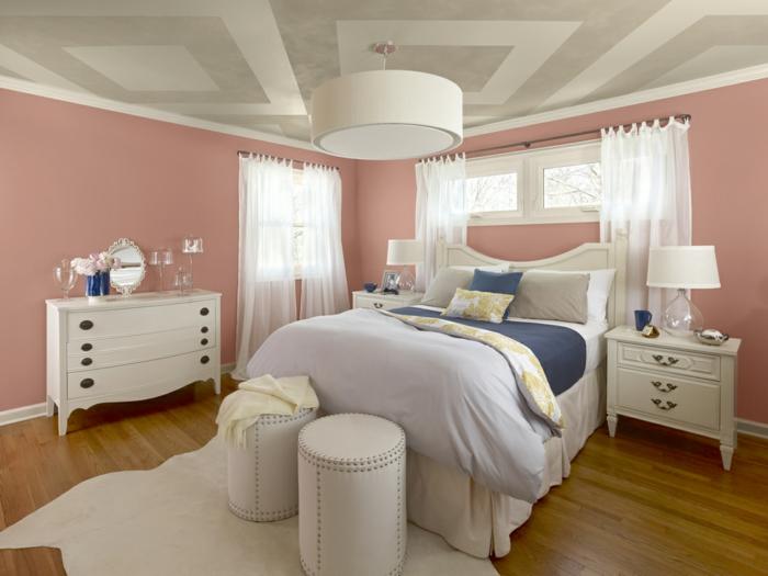 altrosa Wandfarbe im Schlafzimmer, weiße Gardinen, weißes Bettwäsche und weiße Hocker