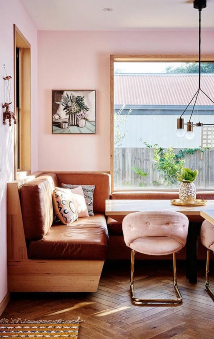 Rosa mischen, ein Ledersofa, kleine rosa Hocker, Tisch aus Holz, Boden mit Parkett
