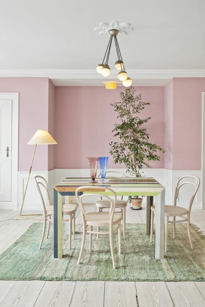 Esszimmer in rosa Farbe, rosa mischen, ein bunter Tisch, grüne Pflanze, runde Lampen