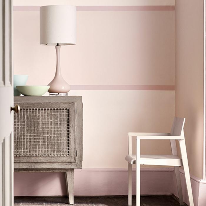 ein kleiner Flur mit niedriger Stuhl und Schuhschrank, rosa mischen, eine Stehlampe