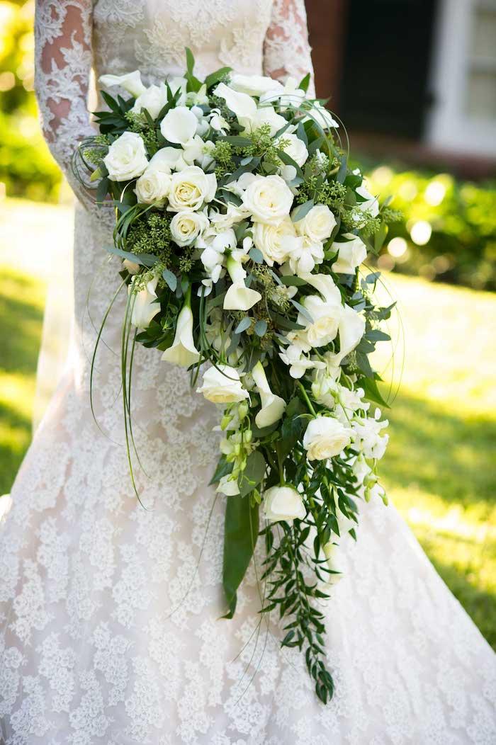 ein garten mit einem grünen rasen und ein großer langer v wasserfall mit vielen weißen rosen und grünenen blättern, brautstrauß weiß
