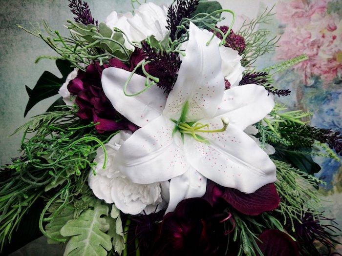 ei brautstrauß hortensie, ein kleiner brautstrauß wasserfall mit weißen búnd kleinen violetten blumen und grünen blättern, idee für einen brautstrauß