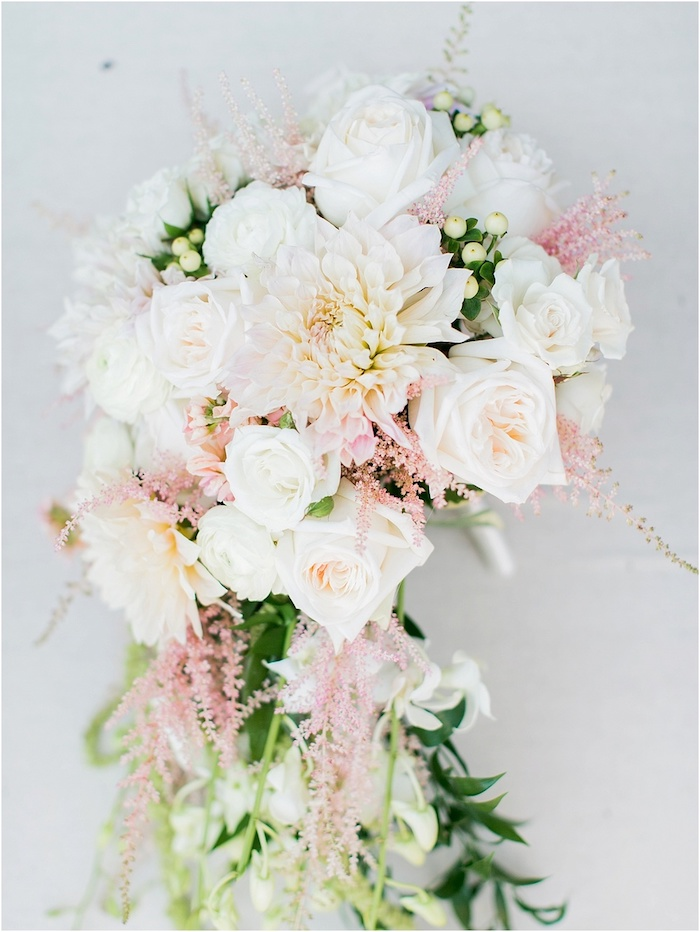 idee für einen brautstrauß rosa mit voelen weißen rosen unn kleinen pinken blumen und grünen blättern