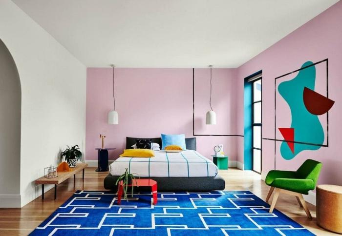 rosa mischen, ein schönes Schlafzimmer mit altrosa Wände und blauer Teppich, bunte Flecke an der Wand
