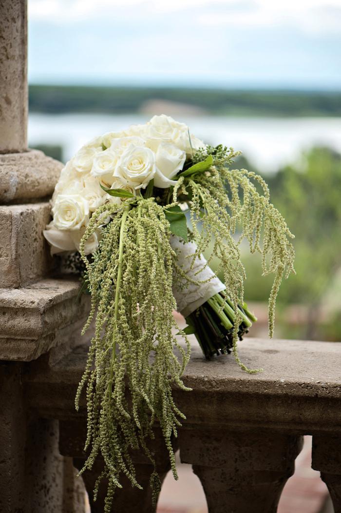 ein wald mit grünen bäumen und ein kleiner brautstrauß mit weißen rosen und vielen langen grünen blättern, ein brautstrauß weiß