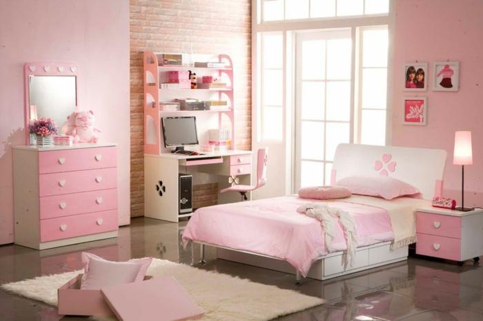 ein Schlafzimmer für Mädchen in altrosa Farbe, rosa Regale, rosa Bett und rosa Teppich