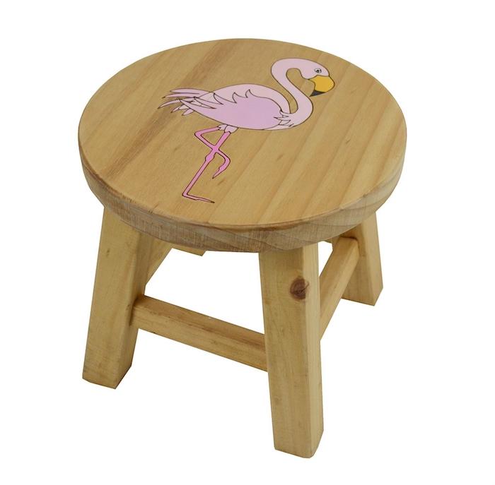 ein kleiner brauner stuhl aus holz und eine pinke flamingo mit pinken federn, flamingo bilder
