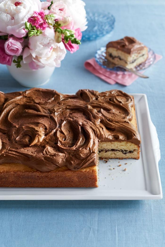 ein Kuchen mit Schokolade Creme bedeckt, mit saftiger Inneren, einfache Torte