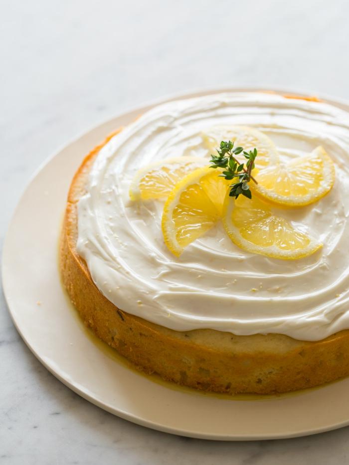ein Boden mit Zitronenessenz, weiße Creme und Zitronen als Deko, ausgefallene Torten