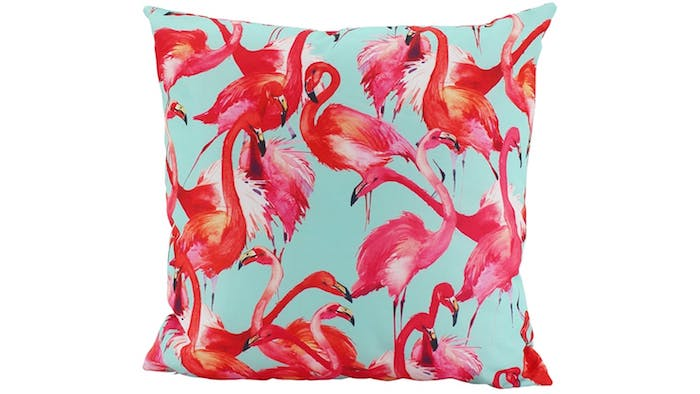 ein kleines blaues kissen mit vielen kleinen pinken flamingos mit pinken und roten federn