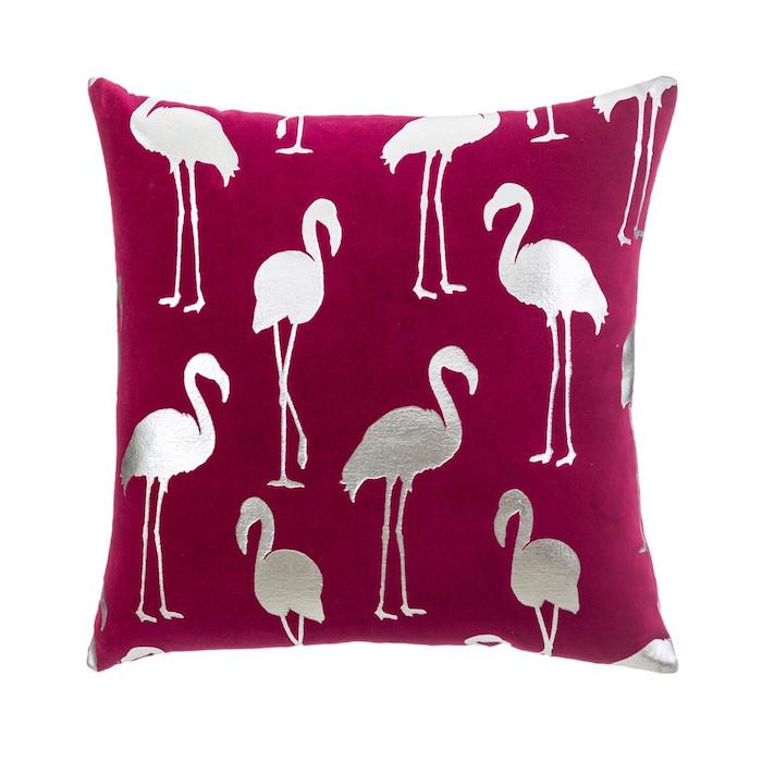 ein violettes kissen mit vielen grauen kleinen flamingos, schlafzimmer einrichtung ideen