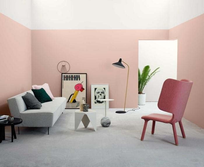 altrosa Farbe an den Wänden, kleine Bilder, ein weißer Boden, ein kleiner Tisch, rosa Sessel