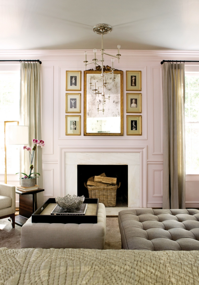 ein elegantes Wohnzimmer, welche Farbe passt zu rosa, ein Kamin, kleine Bilder und vintage Spiegel