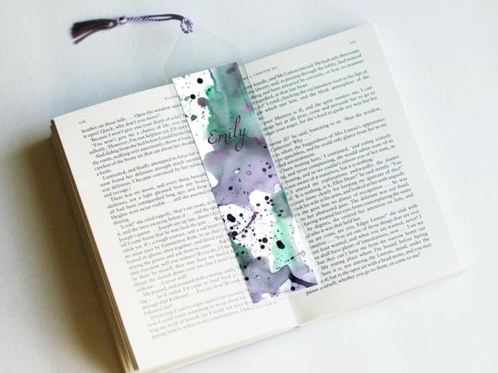 ein Buch, persönalisiertes Lesezeichen von Emily mit bunten Flecken dekoriert