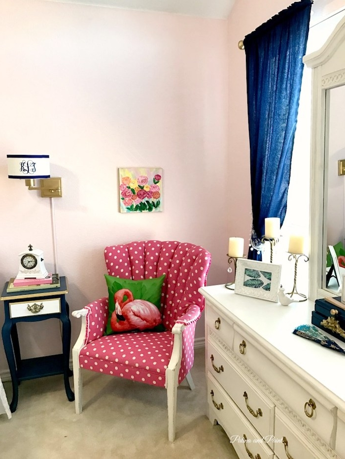 ein schlafzimmer mit einem violetten sofa mit einem grünen kissen mit einer pinken flamingo und ein weißer spiegel und ein blauer vorhang und ein bild mit rosen