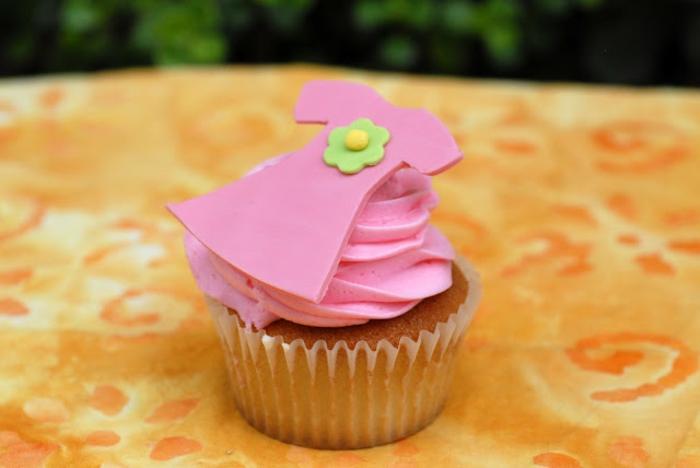 rosa Creme, ein Kleidchen in rosa Farbe, Babyparty organisieren, süßes Cupcake