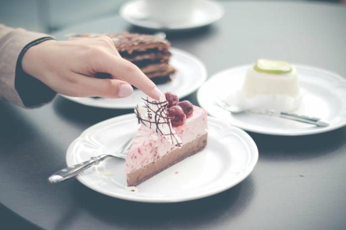 eine rosa Torte mit Beeren als Deko, ausgefallene Torten, drei verschiedene Stücke