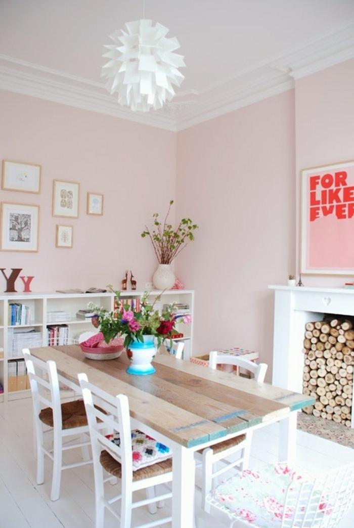 altrosa Farbe, langer Tisch aus Holz, weiße Stühle, ein Lampenschirm in weißer Farbe