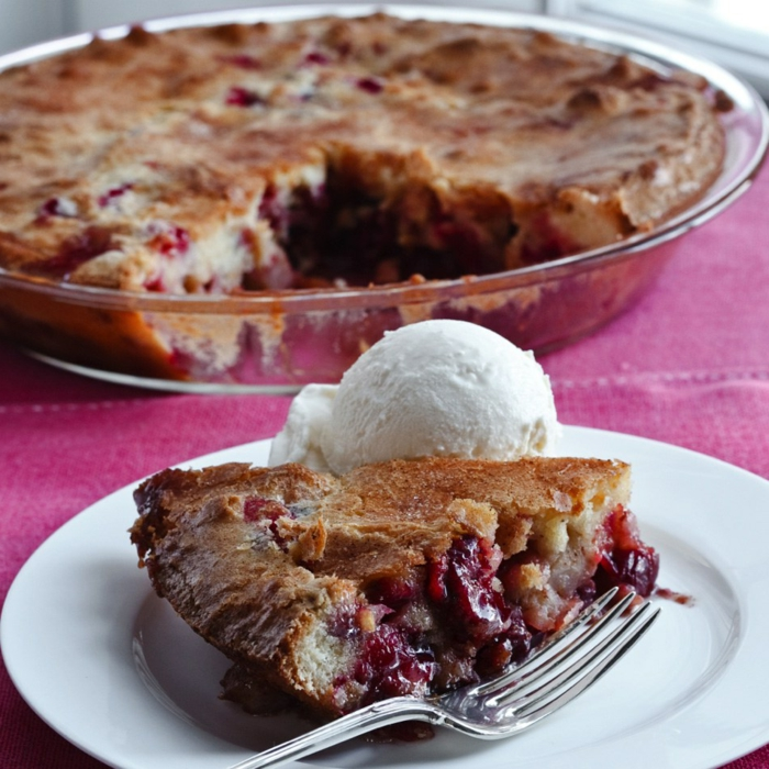 einfache Tortenrezepte, brauner Kuchen mit Früchten gefüllt und mit Eis serviert