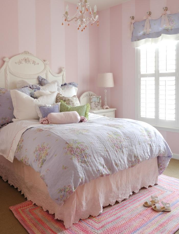 altrosa Farbe in Schlafzimmer, blaue Bettwäsche, welche Farbe passt zu rosa, ein kleiner Kronleuchter