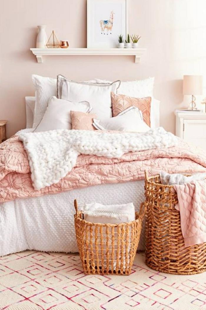 welche Farbe passt zu Rosa, ein elegantes Schlafzimmer, zwei Körbe, ein rosa Teppich