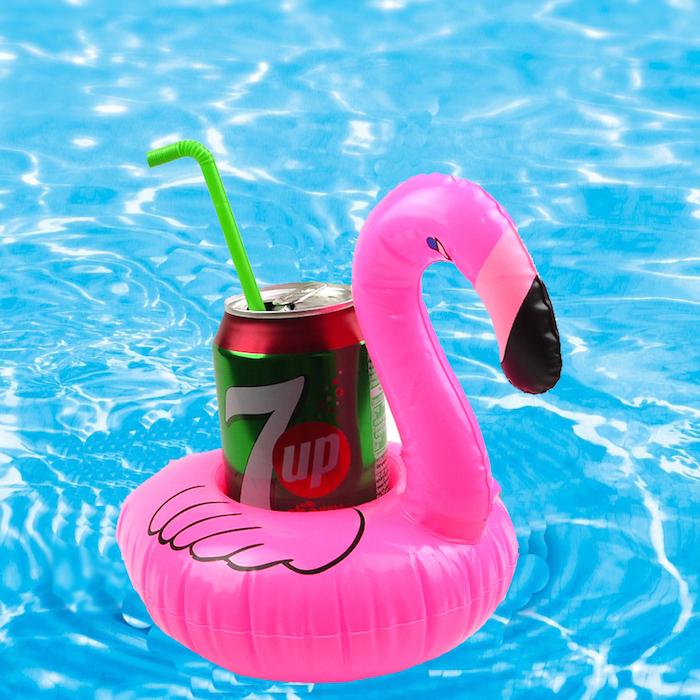 eine pinke flamingo und ein seven up mit einem grünen trinkhalm und ein bblaues schwimmpool, eine deko flamingo