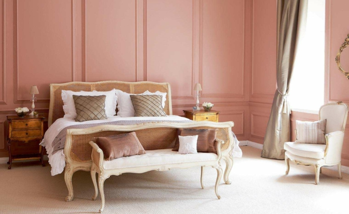 ein Barock Schlafzimmer mit eleganten Möbel, welche Farbe passt zu Rosa, weißer Teppich