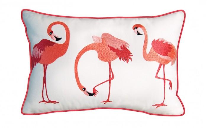 schlafzimmer einrichten, ein kleines weißes kissen mit drei kleinen pinken flamingos mit pinken federn und mit schwarzen augen