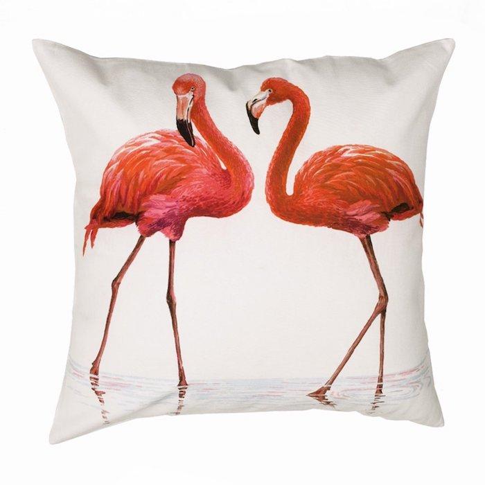 ein kleines weißes kissen mit zwei großen pinken flamingos mit pinken und roten federn und schwarzen augen und wasser, schlafzimmer einrichten