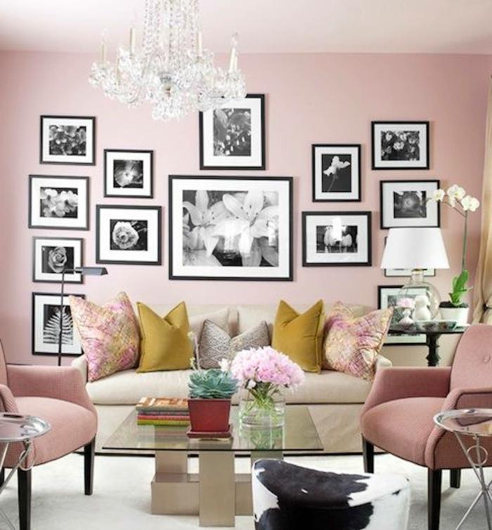 welche Farbe passt zu Rosa, eine Menge schwarz weiße Bilder von Blumen, rosa Sessel und graue Couch