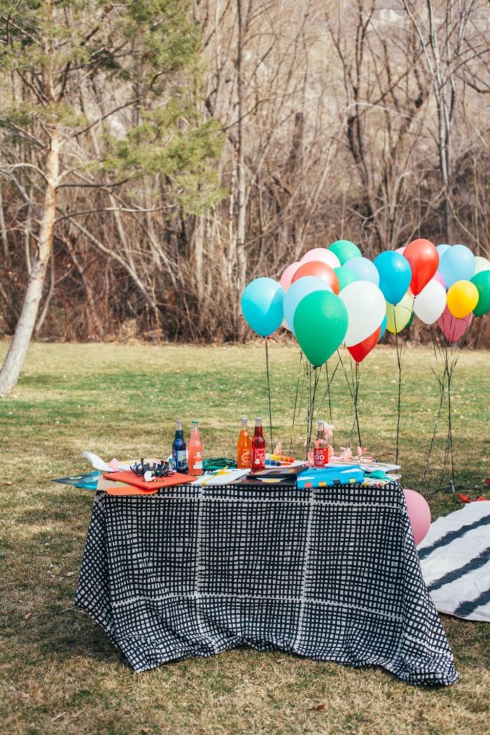 Babyparty Deko Set, viele Ballons in verschiedenen Farben, Limo, ein Picknick Party