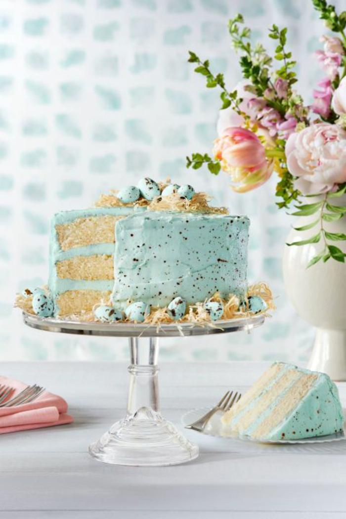 Torte mit blauer Creme, Zitronenboden, kleine Schokoladeneier, Torte zu Ostern, einfache Torten