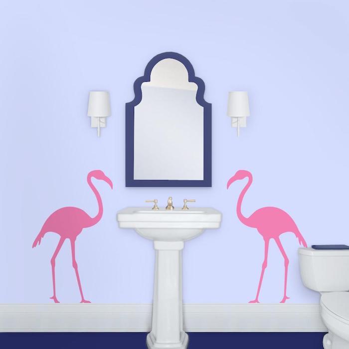 zwei weiße blumen und ein blauer spiegen und ein weißes waschbecken, eine tapete mit zwei großen pinken flamingos mit pinken federn