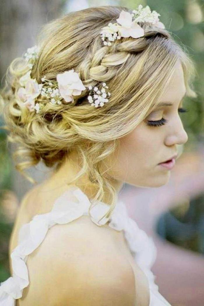 Hochsteckfrisuren für lange Haare, eine blonde Braut, Blumen in den Haare, Zopf wie Krone