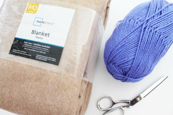alles Nützliches für diese DIY Projekt, Pompons selber machen, eine Decke und blaues Garn