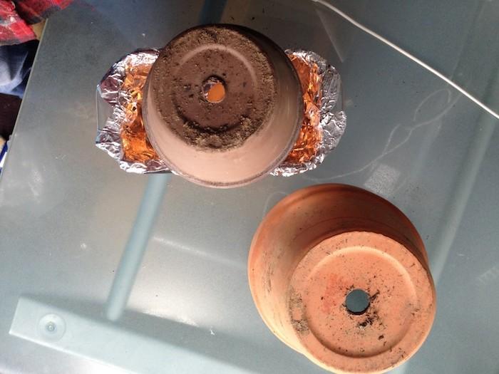 zwei große braaune blumentöpfe aus keramik, einen teelichtofen selber bauen, bastelideen für erwachsene, ein tisch aus glas