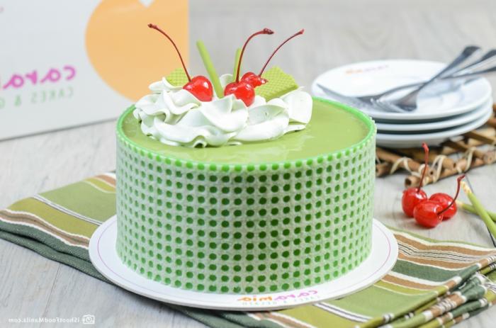 Kirsche, grüne Waffeln und weiße Creme als Deko von einer grünen Torte, Geburtstagstorte selber machen