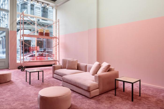 Altrosa Wandfarbe, ein Wohnzimmer in Altbau, rosa Sofa und ein runder Couchtisch