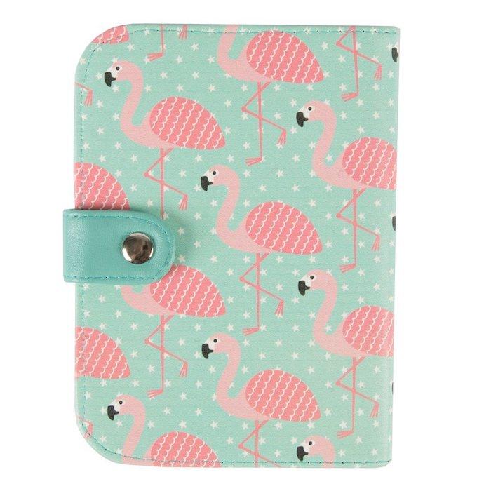 eine kleine grüne brieftasche mit vielen pinken kleinen flamingos mit schwarzen augen und weißen sternen, deko flamingo